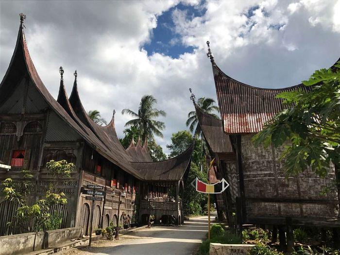 Presiden Joko Widodo (Jokowi) memerintahkan Kementerian Pekerjaan Umum dan Perumahan Rakyat (PUPR) merenovasi Kawasan Kampung Adat Saribu Rumah Gadang. Pool/Kementerian PUPR.