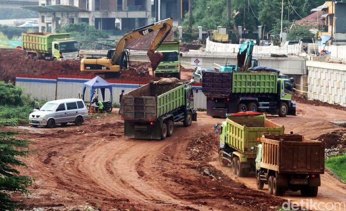 Pekerja menyelesaikan pembangunan tol Antasari-Depok-Bogor di Kawasan Cilandak, Jakarta, Senin (12/2/2018).