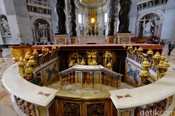 Kubah St Peters Basilica didesain oleh seniman tersohor Michelangelo, Bramante, Carlo Maderno, dan Bernini dengan gaya arsitektur Renaissance. (Ardhi Suryadhi/detikTravel)