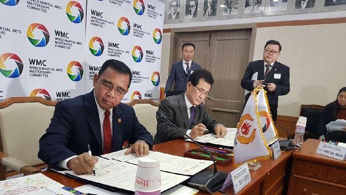 Ketua KONI Pusat Tono Suratman tengah meneken perjanjian kerjasama (dok.KONI Pusat)