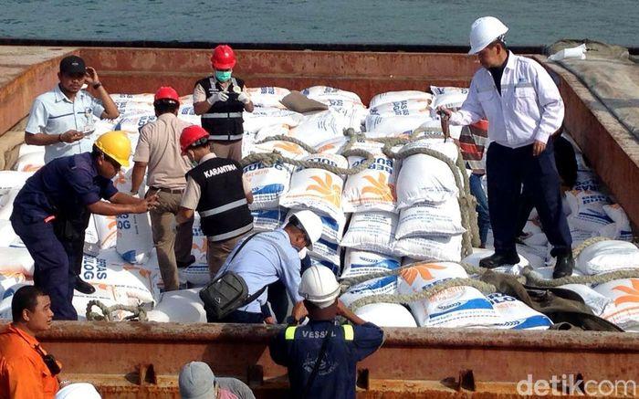 Beras impor itu mulai dibongkar sekitar pukul 16.00 WIB setelah melalui pengecekan oleh beberapa petugas dari Perum Bulog, Krantina Pertanian, dan pihak kepolisian.