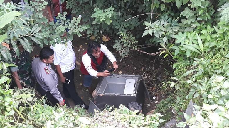 Warga Dolopo Madiun Kaget Ada Brankas Diduga Milik Bank di Sungai