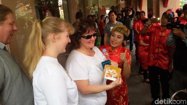 Ekspresi turis mancanegara saat menerima Bakpia.