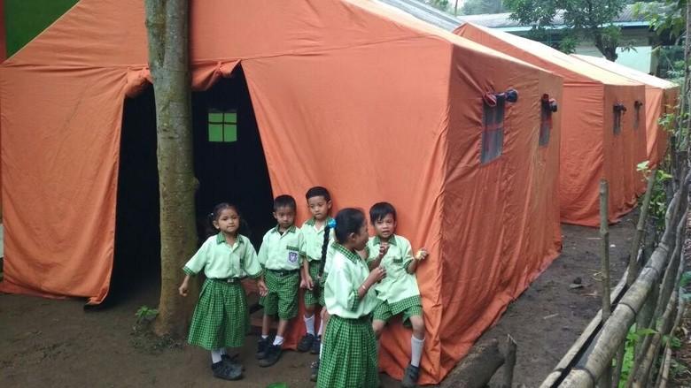 Atap Kelas Ambruk, Siswa SD di Probolinggo Ini Belajar di Tenda