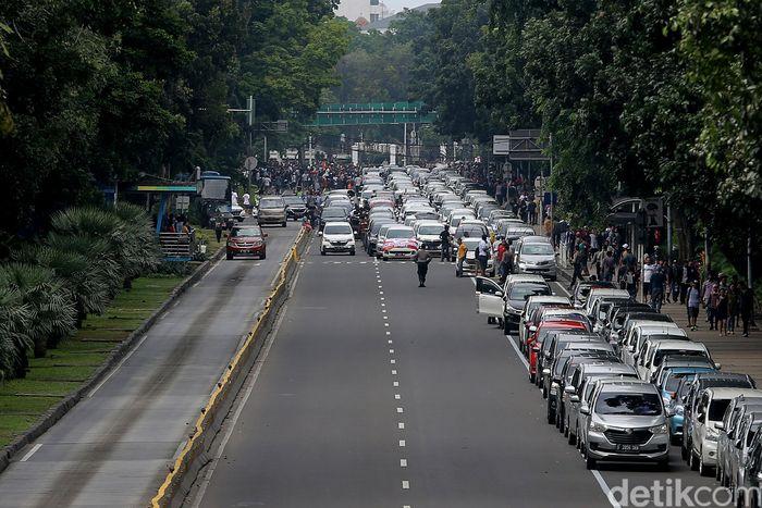 Mobil tersebut tampak mengular di sepanjang Jalan Merdeka Barat.