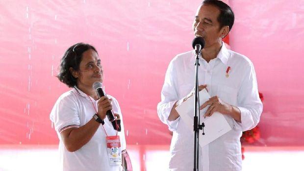Jokowi menyerahkan kartu PKH.