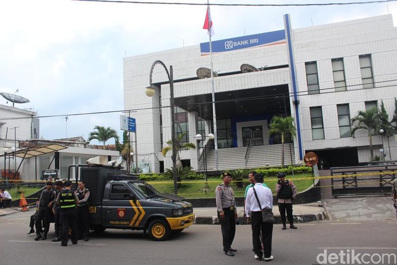 Polisi Buru Pelaku Teror Bom Bank BRI Garut