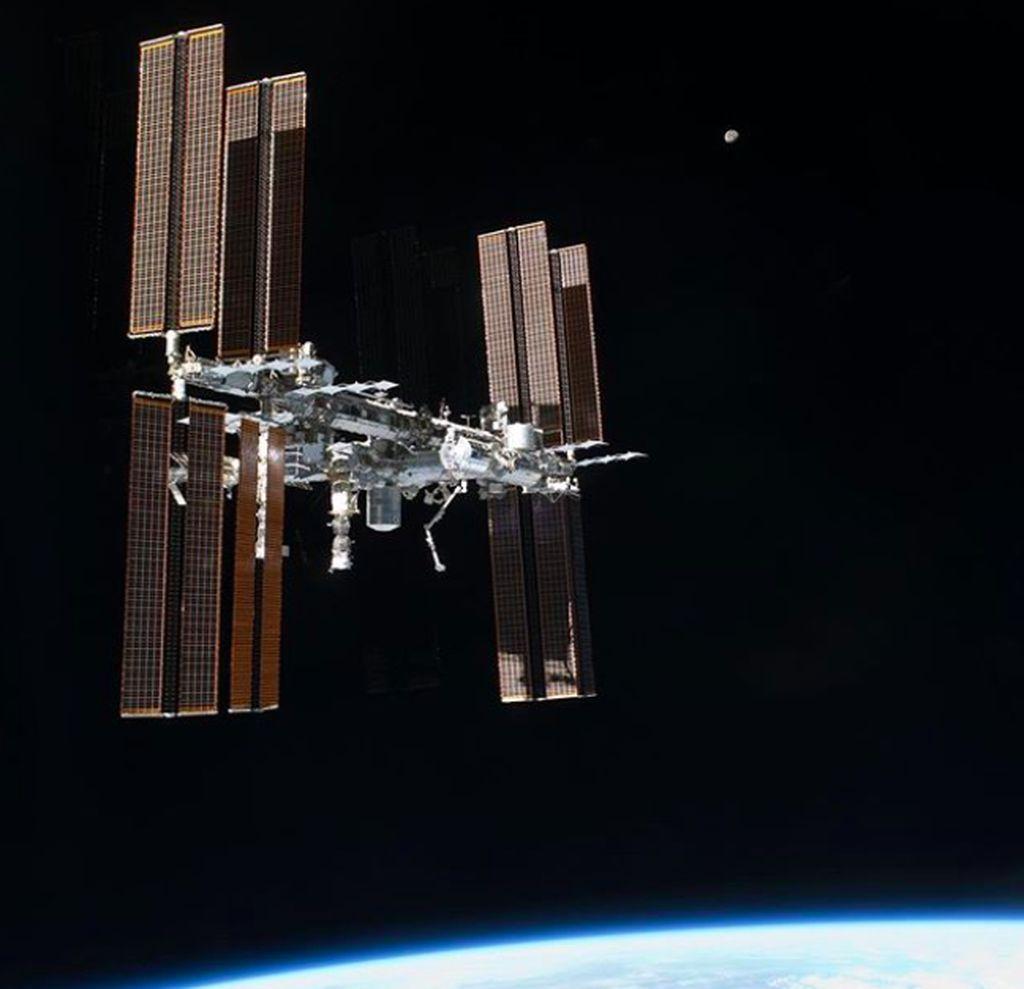 Inilah International Space Station atau ISS, satelit buatan yang melayang antara 330 sampai 435 kilometer di atas Bumi. Foto: Instagram