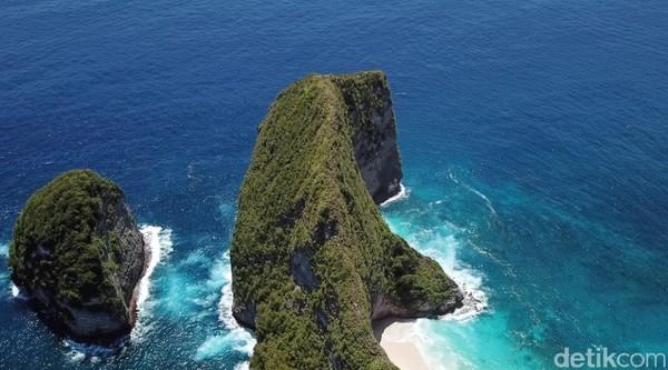 Pantai Kelingking berada di Dusun Karang Dawa, Desa Bunga Mekar, Kecamatan Nusa Penida. Traveler harus menyeberang dulu dari Pualu Bali untuk ke sini. (Muhammad Zaky Fauzi Azhar/detikTravel)