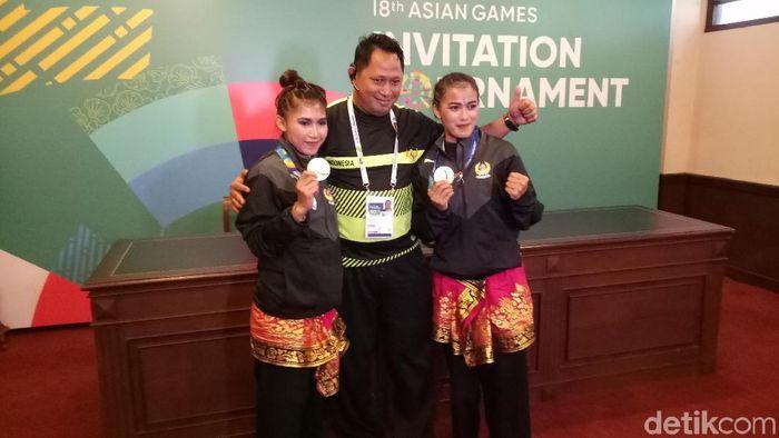 Sang Ayu Ketus Sidan Wilantari dan Ni Made Dwi Yanti menjadi yang terbaik di nomor ganda putri pencak silat test event Asian Games 2018. (Randy Prasatya/detikSport)