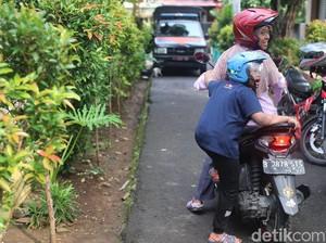 Naik Motor, Suhartini Kenalkan Dunia pada Anaknya yang Spesial