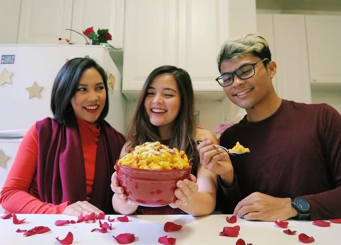 Tasya tengah mengenyam pendidikan di New York. Di sela waktu luangnya, ternyata ia juga suka masak. Kali ini ia membuat mac and cheese yang kemudian disantap bersama dua temannya. (Foto: instagram @tasyakamila)