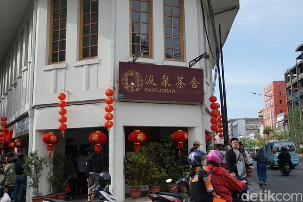 Adalah Pantjoran Tea House, sebuah kafe teh yang terletak di Pantjoran, Glodok, Jakarta Barat. Lokasinya persis di ujung jalannya (Shinta/detikTravel)