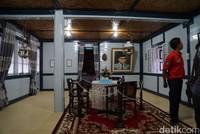Destinasi sejarah ini tidak jauh dari Jam gadang. Di sini kamu bisa mengintip seperti apa rumahnya Bung Hatta. Kamu bisa melihat kereta bugi, kamar bujang, ragam dokumentasi dan serba-serbi keluarga Bung Hatta. (Syanti/detikTravel)