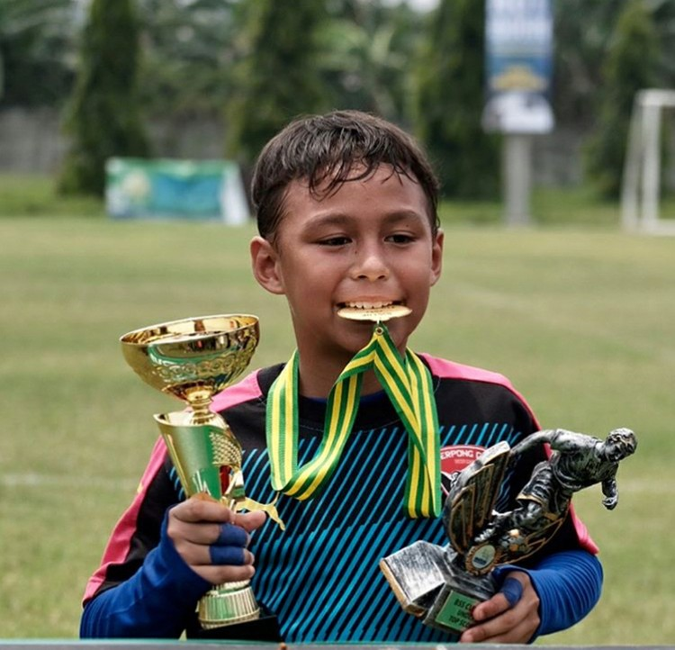 Diego juga berprestasi lho dalam bidang sepakbola. (Foto: Instagram/liodiegosabrina)
