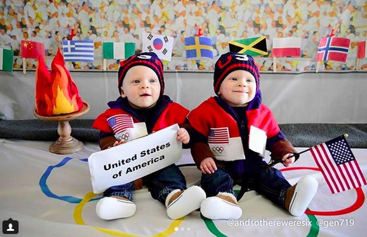 Ini adalah si kembar Benjamin dan Zachary Shemenski. Bundanya, Meagan dan temannya Genevive Collins punya ide bikin sesi foto bertema Olimpiade Musim Dingin 2018. Tuh, Benjamin dan Zachary jadi perwakilan Amerika lho. Hi-hi-hi. (Foto: Instagram/ @andsothereweresix)