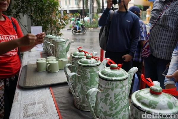 Hal unik lainnya adalah, dulu saudagar di sini gemar membagikan teh bagi pejalan kaki yang lewat. Tradisi ini kemudian berlanjut hingga sekarang, teh ini sering diberikan kepada orang-orang yang lewat di sekitar pantjoran tea house (Shinta/detikTravel)