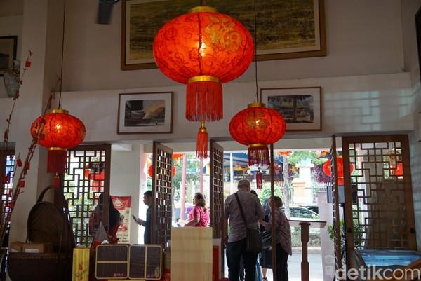 Uniknya, kafe ini memiliki bangunan Belanda dengan nuansa Tionghoa yang kental. Menu-menu yang disajikan juga seputar makanan Tionghoa, dengan minuman teh yang otentik (Shinta/detikTravel)