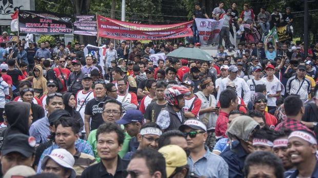 Sejumlah pengemudi taksi daring (online) dari berbagai komunitas melakukan aksi unjuk rasa di depan Istana Negara, Jakarta, Selasa (14/2).
