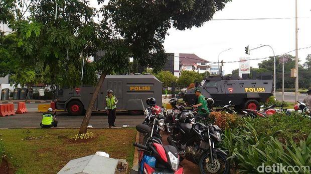 Kendaraan taktis bersiaga jelang demo driver online, Rabu (14/2/2018)