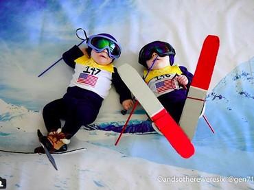 Begini aksi si kembar saat tanding ski. Lucu banget ya? (Foto: Instagram/ @andsothereweresix)