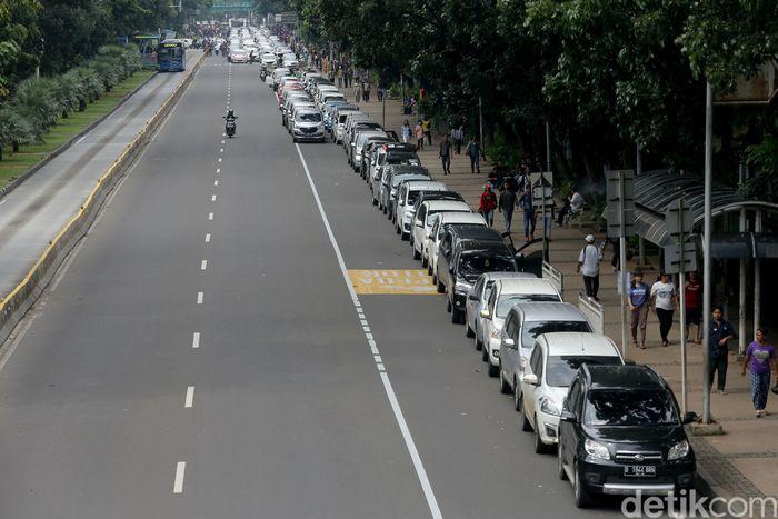 Penampakan sejumlah mobil milik Aliansi Nasional Driver Online (Aliando) di Jalan Merdeka Barat, Jakarta, Rabu (14/2/2018).