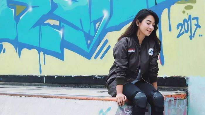 Dinda Kirana sepertinya senang main skate board (Foto: Instagram/dindakirana.s)