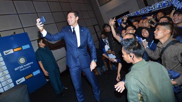 Javier Zanetti foto bersama dengan penggemar Inter Milan di Indonesia.