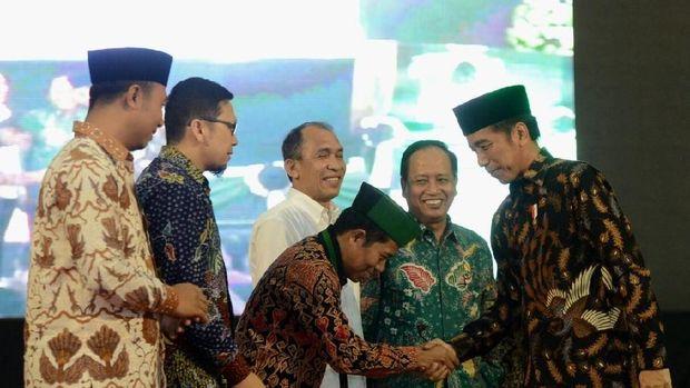 Jokowi bersalaman dengan Ketum HMI Mulyadi Tamsir.