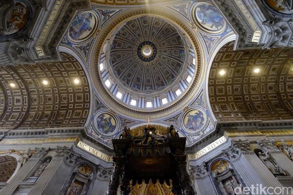 Jadi jangan heran, bila di dalam tempat ini bertabur berbagai karya seni bersejarah di berbagai sudut. Mulai dari patung-patung yang menghiasi basilika sampai atap yang dihiasi ornamen dan lukisan nan epik. (Ardhi Suryadhi/detikTravel)