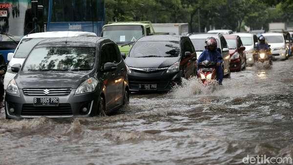 Ada Banjir dan Macet Parah, Hindari Jalan Yos Sudarso