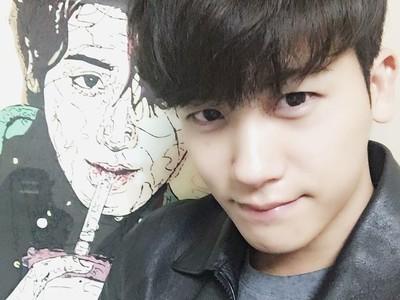 Foto-foto Si Ganteng Hyungsik yang Doyan Ngegym