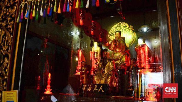Kwik Lak Kwa beserta ajudannya yang Muslim dijadikan patung di salah satu altar persembahan di Kelenteng Sinar Samudra.