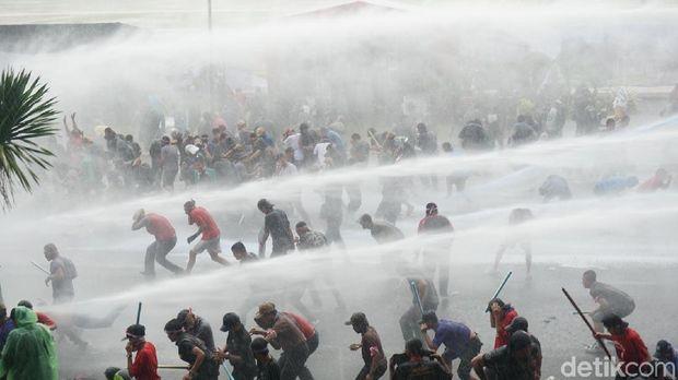 Adegan Simulasi Pengamanan Pilkada: Massa Ricuh