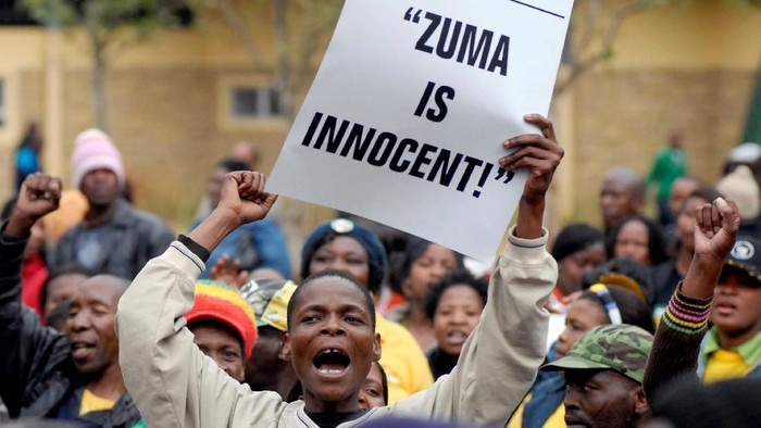 FILE PHOTO: Supporters of Jacob Zuma, leader of South Africas ruling ANC, rally outside the Pietermaritzburg court August 5 2008.     REUTERS/Siphiwe Sibeko/File Photo