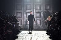 Marc Jacobs di akhir peragaan koleksi Fall-Winter 2018.
