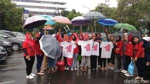 Tuntut UU PRT Disahkan, Massa Cuci Baju di Depan Kemenaker