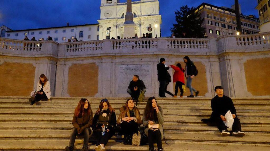 Kalau Liburan ke Italia, Jangan Duduk di Sini Nanti Didenda