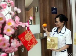 Berbagi Keceriaan Imlek Kepada Pasien Rumah Sakit
