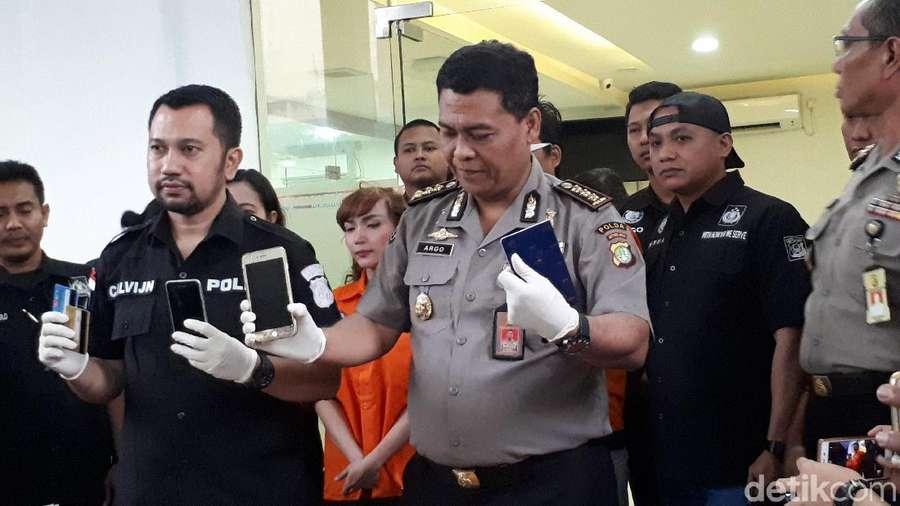 Roro dan Mereka yang Tanpa Masker Kala Kasus Narkobanya Dirilis Polisi