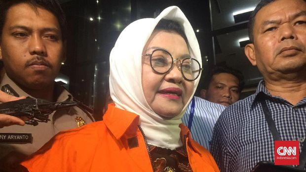 Bupati Subang Imas Aryumningsih langsung ditahan penyidik KPK usai menjalani pemeriksaan intensif. Imas telah mengenakan seragam tahanan oranye usai keluar dari ruang pemeriksaan gedung KPK, Kamis (15/2).