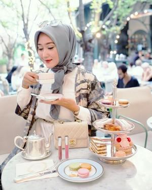 Berpose dengan Makanan, Dian Pelangi Tetap Tampil Modis