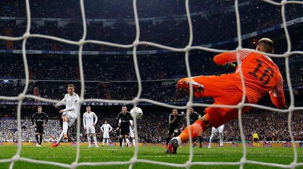 Penalti 'tendangan voli' Cristiano Ronaldo jadi pembicaraan di laga lawan Paris Saint-Germain.