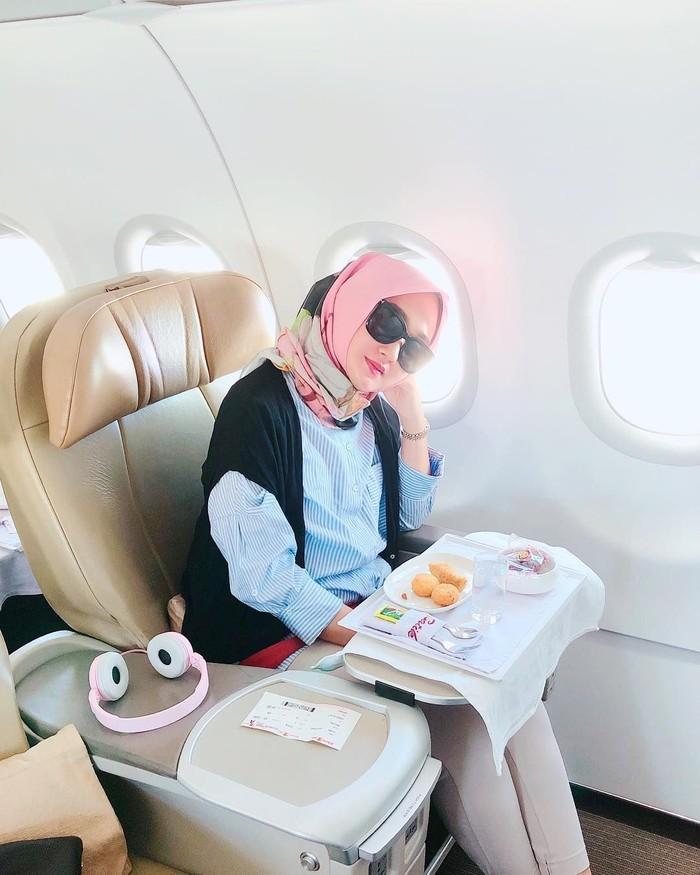 Lewat akun instagramnya @dianpelangi, wanita berhijab ini memposting berbagai foto saat dirinya makan. Kali ini terlihat Dian tengah berada di dalam pesawat dan di depannya sudah siap makanan kecil. Foto: Instagram