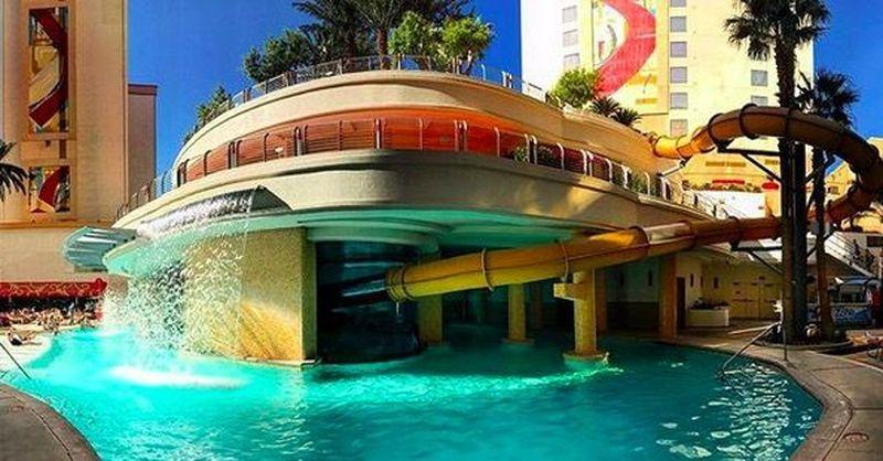 Kolam ini berada di kawasan resor Golden Nugget Las Vegas, yang mempunyai Shark Tank, atau tangki berisi ikan hiu (Golden Nugget)