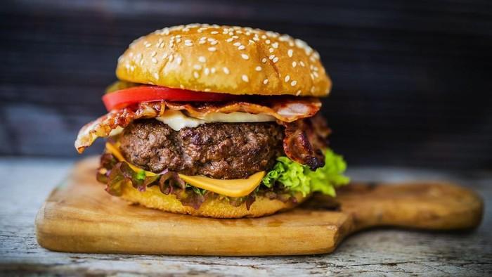 Sebaiknya tidak mengonsumsi junk food saat sahur. Foto: Istock