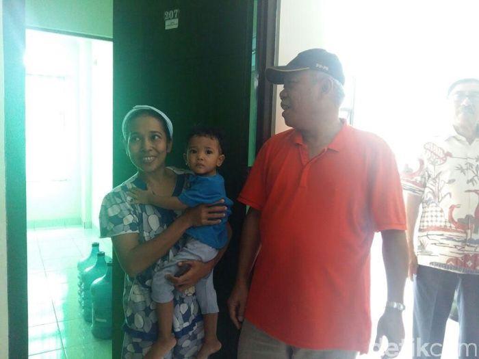 Mengenakan kaus berkerah warna merah, Basuki Hadimuljono terlihat seperti warga biasa. Momen itu terekam saat Basuki memantau rumah khusus (Rusus) TNI yang dibangun Kementerian PUPR di Ambon. (Foto: Dok Kementerian PUPR)