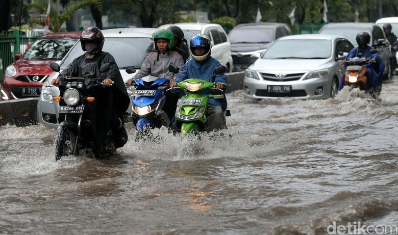 Pengendara Terobos Banjir. Foto: Agung Pambudhy