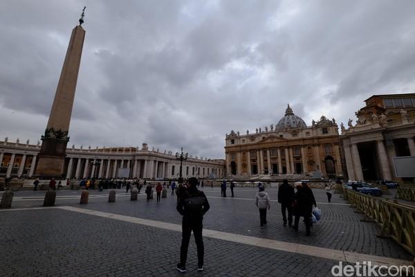 Di luar gereja terdapat lapangan yang sangat luas. Biasanya di hari raya besar Katolik, lapangan ini dipenuhi bangku-bangku untuk para umat Katolik mendengarkan ceramah Paus. (Ardhi Suryadhi/detikTravel)
