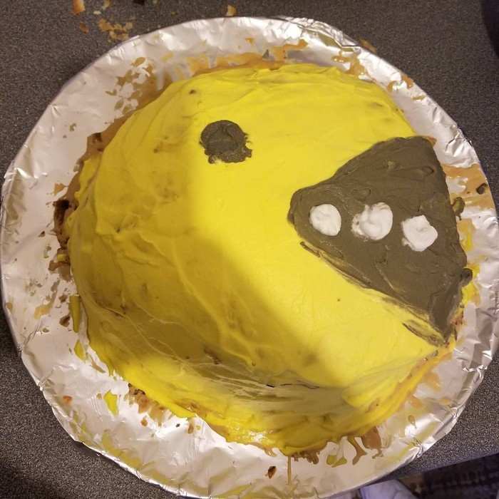 Sudah mirip pac man belum? Bentuk kuenya sih nggak ada yang salah, cuma akun @neniya_21_85 memoles krim ke kuenya buru-buru. Jadi acak-acakan, deh. Foto: Istimewa